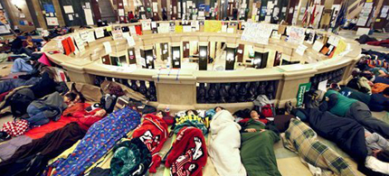 Opponents of Wisconsin Gov. Scott Walker's anti-union budget bill sleep in the rotunda of the Wisconsin State Capitol, 02/22/11. (photo: John Hart/Wisconsin State Journal)