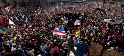 A huge crowd at the capital in Madison, Wisconsin, greets the 'Wisconsin 14', 03/13/11. (photo: Morry Gash/AP)