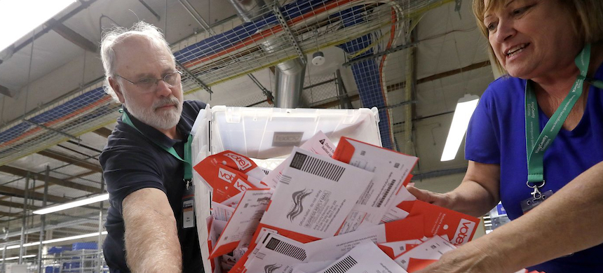 Sorting ballots. (photo: Elaine Thompson/AP)