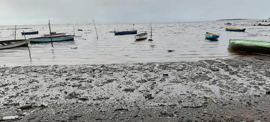 Photographs of the leak show thick, sticky oils coating the water and the ground. (photo: Oumme Sakina Auckburaully/CNN)