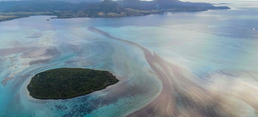 A large patch of leaked oil travels on ocean currents near the Pointe d'Esny in Mauritius on Saturday. The worsening oil spill is polluting the island nation's famous reefs, lagoons and oceans. (photo: AFP)