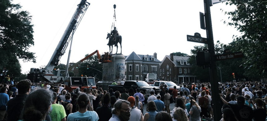 A crowd watches as a crane removes the Stonewall Jackson Monument in Richmond, Virginia, on July 1. Dozens of Confederate monuments have come down this summer. (photo: Eze Amos/Getty)