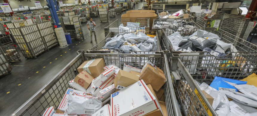 Employees at California postal facilities provide a glimpse of the chaos amid both the pandemic and widespread cuts imposed by the USPS. (photo: Eduardo Contreras/San Diego Union- Tribune)