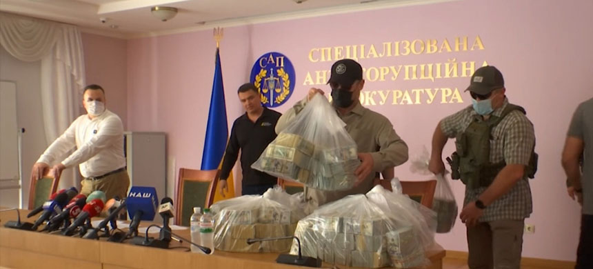 Ukrainian prosecutors display $6m they say was offered as a bribe to drop their long-running investigation into Mykola Zlochevsky and Burisma. (photo: Al Jazeera)