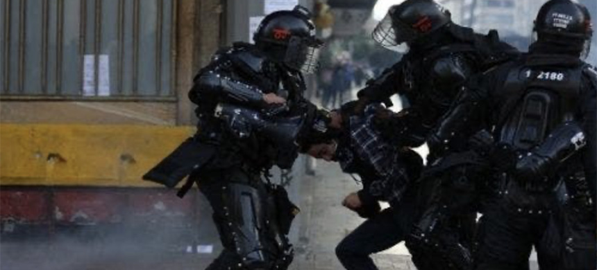National police agents repress a protester in Bogota, Colombia, Sept. 21, 2020. (photo: Twitter)