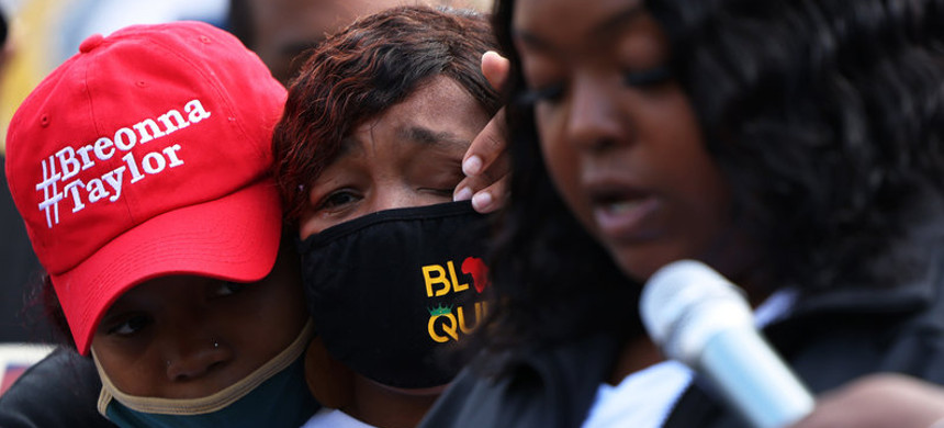 'You didn't just rob me and my family, you robbed the world of a queen,' Breonna Taylor's mother, Tamika Palmer, said in a statement read aloud Friday by Palmer's sister, Bianca Austin. In this photo, Ju'Niyah Palmer is seen wiping away tears from her mother's face. (photo: Michael M. Santiago/Getty)