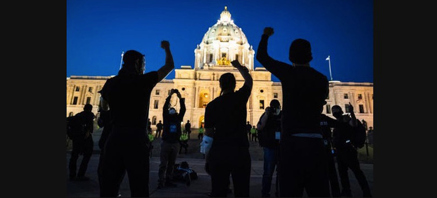 Families of those killed by police marched to the Minnesota State Capitol building in St. Paul. (photo: Leila Navidi/Star Tribune)