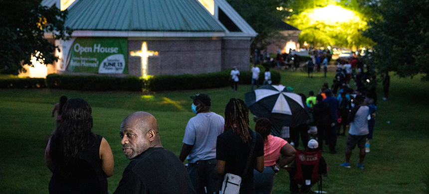 Voters at Christian City Welcome Center in Union City, Georgia, during the state's June primary. For some residents, it was a five-hour wait. (photo: Dustin Chambers/Reuters)