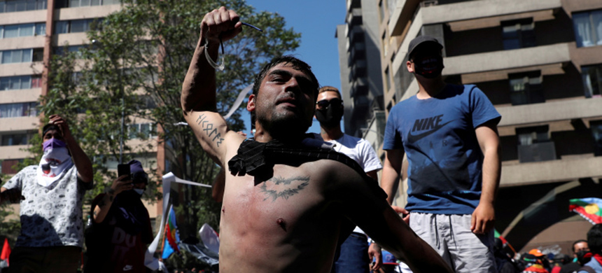 Tens of thousands took to the streets in Chile on Sunday, but the rallies descended into violence. (photo: Ivan Alvarado/Reuters)