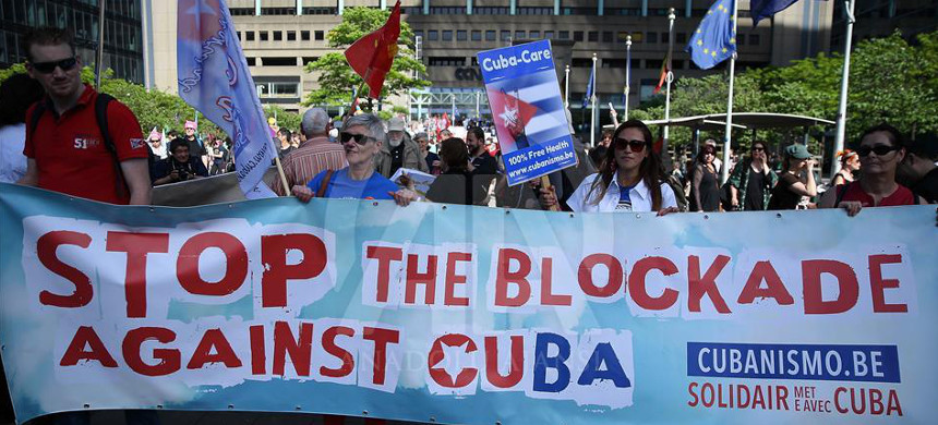 Protesters march against the U.S. embargo on Cuba. (photo: Dursun Aydemir/Anadolu Agency)