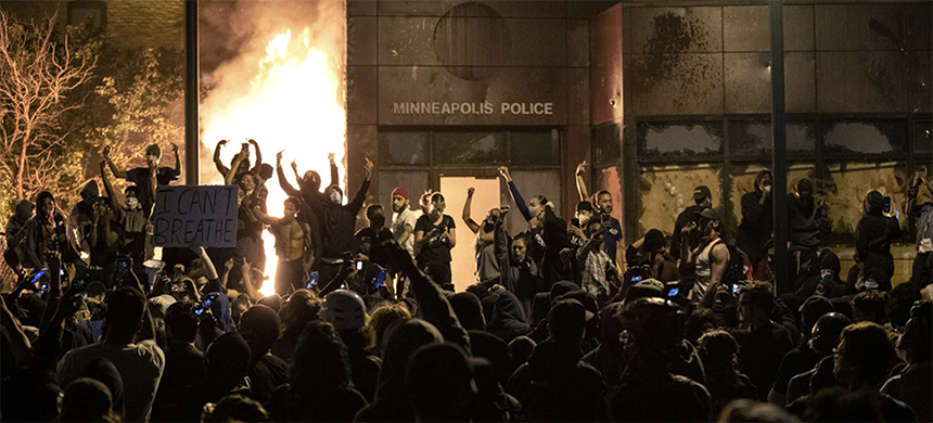 Protests outside the Minneapolis Police Station. (photo: Carlos Gonzalez/Star Tribune)