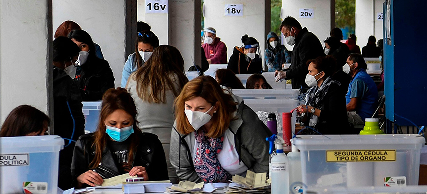 Voters in Santiago, Chile, cast ballots in a constitutional referendum on Sunday. (photo: Martin Bernetti/AFP/Getty Images)
