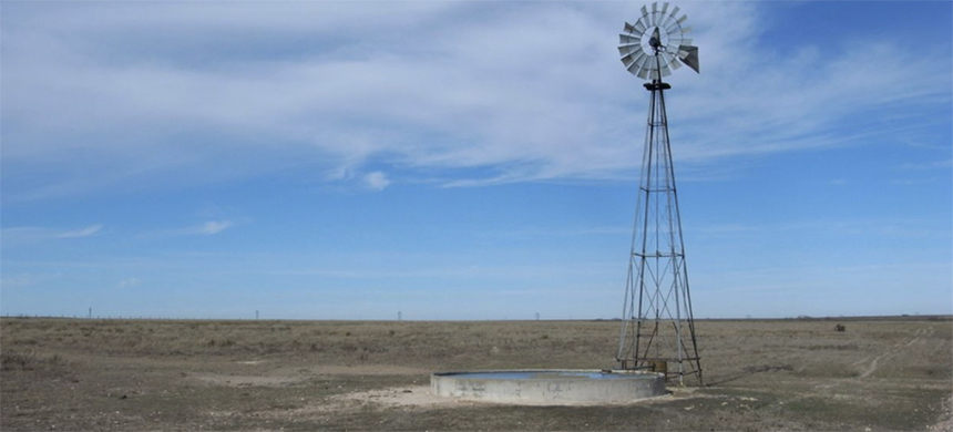 Windmill at Buffalo Lake National Wildlife Refuge in Texas pumping water from the Ogallala Aquifer. (photo: Leaflet/Wikimedia Commons)