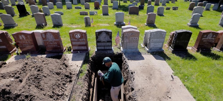 Roberto Arias prepares a grave for burial at Woodlawn Cemetery during the coronavirus disease (COVID-19) outbreak in Everett, Massachusetts, U.S., May 27, 2020. (photo: Brian Snyder/Reuters)