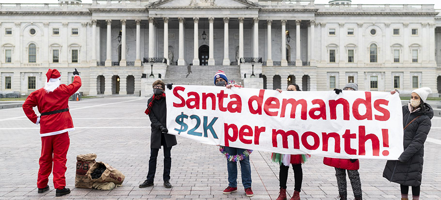 Metro DC Socialists hold a photo op for Santa to deliver coal to Congress while demanding a $2,000 per month check on December 25. (photo: Bill Clark/CQ-Roll Call/Getty Images)