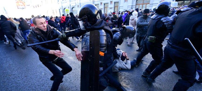 Demonstrators clash with riot police during a rally in Vladivostok. (photo: Pavel Korolev/AFP)
