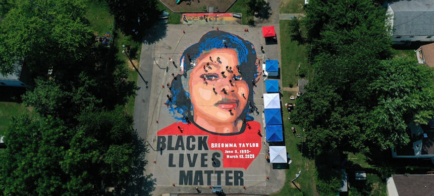 A mural honoring Breanna Taylor. (photo: Patrick Smith/Getty)