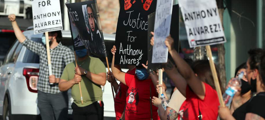 Protesters call for justice in the shooting death of Anthony Alvarez outside the headquarters of the Civilian Office of Police Accountability on Tuesday. (photo: Jose M. Osorio/AP)