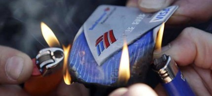 Frustrated consumers are joining a nationwide move to switch banks on November 5, 2011. (photo: Ted S. Warren/AP)