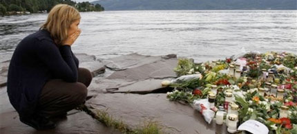 A woman mourns in Sundvollen, close to Utoya island, 07/26/11. (photo: AP)