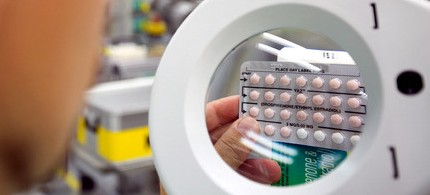 A Bayer-Schering employee examines YAZ birth control pills in the company's factory in Berlin, 10/27/11. (photo: Bayer HealthCare AG)