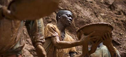 Gold miners form a human chain while digging an open pit at the Chudja mine in the Kilomoto concession near the village of Kobu, 62 miles from Bunia in north-eastern Congo. (photo: Finbarr O'Reilly/Reuters)
