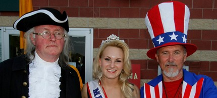 Mrs. Ohio poses with Tea Party devotees dressed as Ben Franklin and Uncle Sam, 09/03/2011. (photo Tom Mahl)