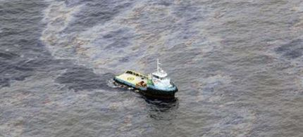 An aerial view of oil that seeped off the coast of Rio de Janeiro, caused by a well drilled by Chevron, 11/18/11. (photo: Reuters/Rogerio Santana)
