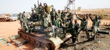 Sudanese soldiers pose on a seized tank for the Sudanese Peoples Liberation Army (SPLA) in the oil region of Heglig, 04/23/12. (photo: Ashraf Shazly/AFP/Getty Images)