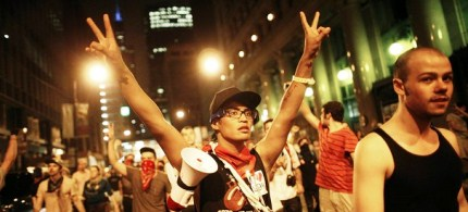 Demonstrators flash the peace sign during an anti-NATO protest march in Chicago, 05/20/12. (photo: Reuters)