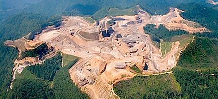 The practice of mountaintop removal to extract coal has devastating impacts on the environment and communities. (photo: TheBolderReporter)