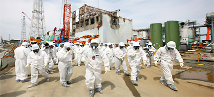 Reporters and Tepco workers at Reactor No. 4 at Fukushima Daiichi. (photo: Tomohiro Ohsumi/Bloomberg News)