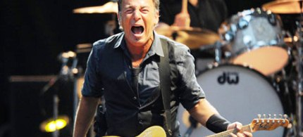 Bruce Springsteen performs on stage in Milan, 06/07/12. (photo: Daniel Dal Zennaro/EPA)