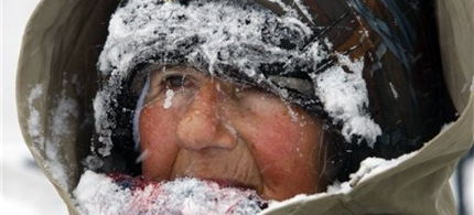 Peace protestor Concepcion Picciotto sits in the snow as she continues her 24-hour-a-day peace vigil in Lafayette Park, across from the White House, 02/10/10. (photo: Kadie/Democratic Underground)