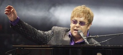 Elton John performs at a charity concert dedicated to the fight against HIV/AIDS in Kiev, 06/30/12. (photo: Reuters)