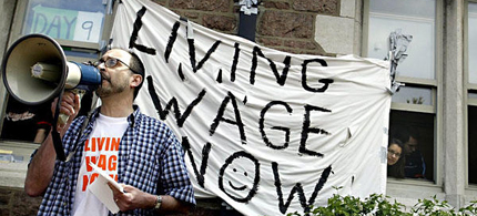 A wage protest at Washington University in St. Louis. Bernstein argues that a national minimum wage increase is necessary to reduce problems of wage inequality. (photo: Huy Richard Mach/AP)