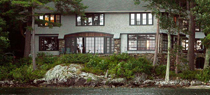 Mitt Romney's $10 million dollar New Hampshire home in Wolfeboro, on Lake Winnepesaukee. (photo: Jim Cole/AP)