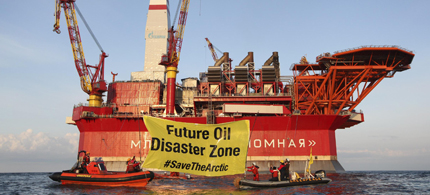 Greenpeace activists in front of the Prirazlomnaya Arctic oil-drilling platform after a team of six spent 15 hours onboard the platform. (photo: Denis Sinyakov/Greenpeace)