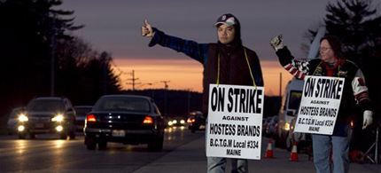 Striking workers Nam Phan, left, and Randy Goodwin picket outside a Hostess Brand plant, last week in Biddeford, Maine. (photo: Robert F. Bukaty/AP)