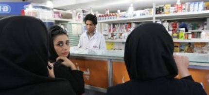 Iranian women at a pharmacy in Tehran, 10/21/12.  (photo: Atta Kenare/AFP/Getty Images)