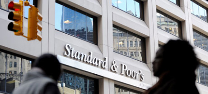 People walk past Standard and Poor's. (photo: Justin Lane/EPA)