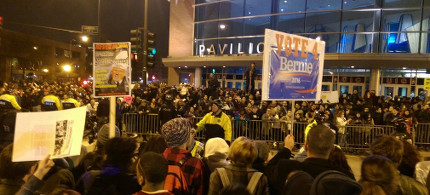 Protests against Donald Trump outside the pavilion on the University of Illinois-Chicago. (photo: Paul Gottinger/RSN)